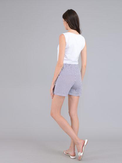 Светлые женские шорты, вид сзади